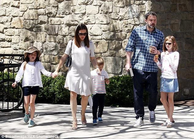Ben và Jennifer vẫn thỉnh thoảng đoàn tụ vì ba đứa con dù không còn là vợ chồng.