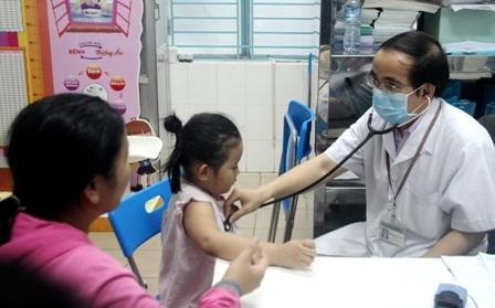 Trẻ đến thăm khám, điều trị tại bệnh viện Nhi Đồng 1