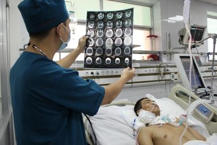 BS Công Tình đánh giá tình trạng chấn thương sọ não ở bệnh nhân là nặng nhưng có thể phục hồi
