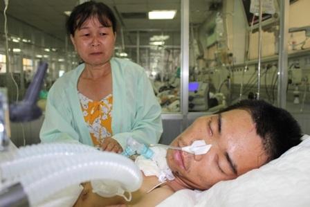 Bà Nhan bất lực nhìn con trong tình trạng hôn mê sâu trên giường bệnh
