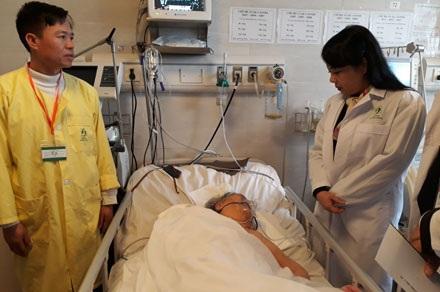 Bộ trưởng Bộ Y tế Nguyễn Thị Kim Tiến (phải) đến thăm và tặng quà tết cho bệnh nhân tại BV Lão khoa T.Ư.Ảnh: Thùy Linh