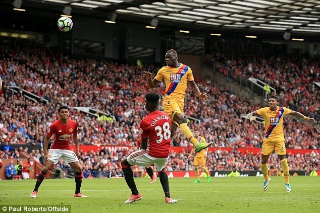 Sau mùa giải thất vọng ở Liverpool, Benteke như cá gặp nước khi đầu quân cho Crystal Palace. Trong mùa giải vừa qua, cầu thủ người Bỉ đã đóng góp 15 bàn thắng, góp công giúp Crystal Palace trụ hạng.