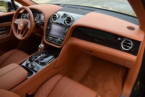 Bentley Bentayga có cabin được đánh giá là xác lập chuẩn mực cho dòng SUV hạng siêu sang. Chất liệu da mềm mại, thiết kế tiện nghi cho cả hai hàng ghế, dàn âm thanh cao cấp... tất cả khiến người mua cảm thấy từng đồng tiền bỏ ra là xứng đáng.
