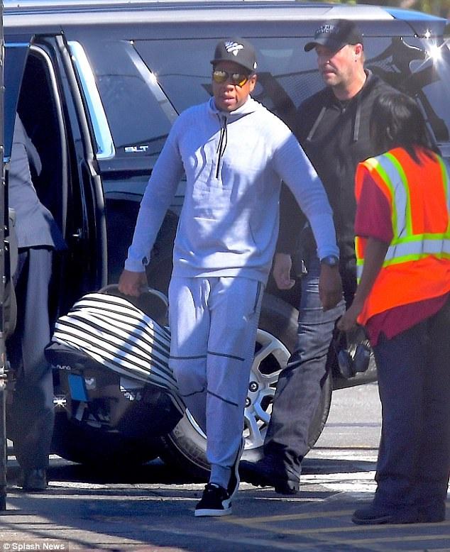 Jay Z xách nôi chứa cặp sinh đôi Rumi và Sir tại New York, Mỹ, ngày 5/10. Đây là lần đầu tiên cặp sinh đôi của Jay Z và Beyonce ra phố kể từ khi chào đời vào tháng 6 vừa rồi.