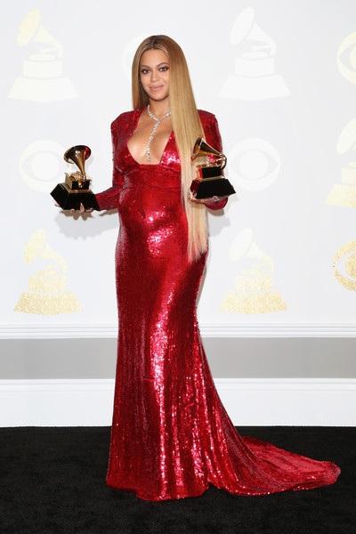 Bà bầu xinh đẹp thay rất nhiều trang phục tại lễ trao giải Grammy nhưng bộ váy này được đánh giá cao nhất