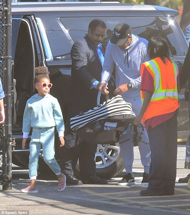 Tuần trước, mẹ ruột của Beyonce - bà Tina Knowles lần đầu chia sẻ về hai đứa cháu 4 tháng tuổi: Chúng rất tuyệt. Dù còn ít tuổi nhưng chúng rất thích được cưng nựng. Cả hai đều rất đáng yêu và xinh đẹp. Tôi rất yêu các cháu của mình. Bà cũng hết lời khen ngợi cô cháu Blue Ivy vì cư xử rất người lớn và trưởng thành từ khi hai em chào đời.