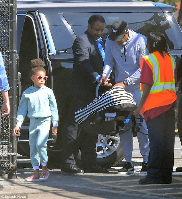Vợ chồng Beyonce Knowles lần đầu đưa cặp sinh đôi dạo phố - 13