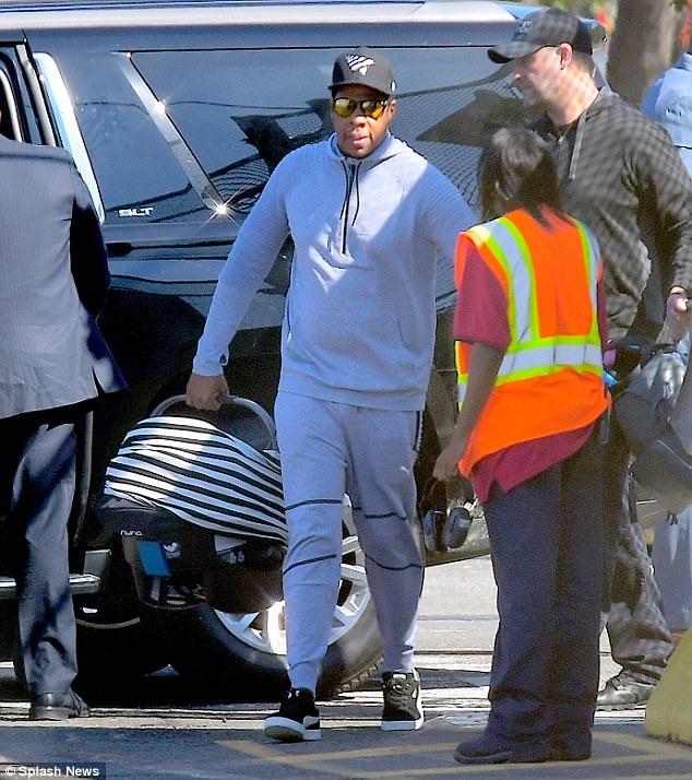 Vợ chồng Beyonce Knowles lần đầu đưa cặp sinh đôi dạo phố - 11