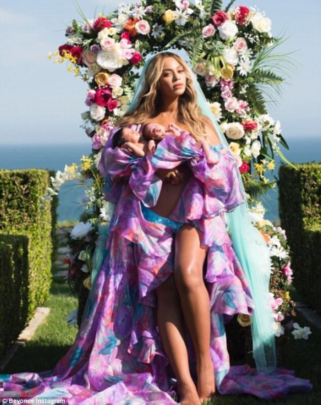 Beyonce từng chia sẻ việc mang thai lần này thực sự rất bất ngờ với vợ chồng cô. Lẽ ra nữ ca sĩ da màu đã tham dự đại nhạc hội Coachella năm 2017 nhưng vì mang thai nên cô phải hủy bỏ và hứa bù đắp cho khán giả vào năm sau.