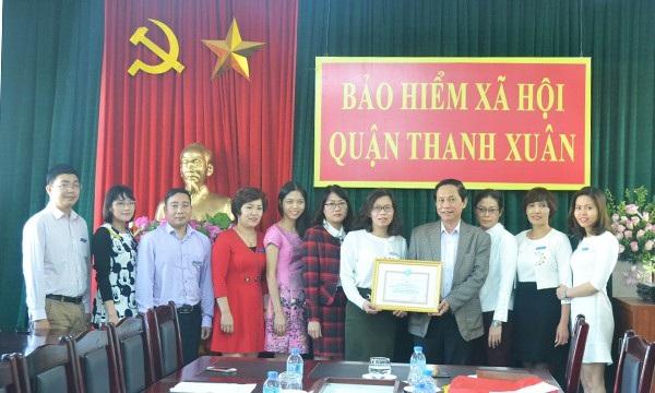 Khen thưởng Bộ phận Tiếp nhận và trả kết quả TTHC BHXH quận Thanh Xuân (Ảnh: Lê An)