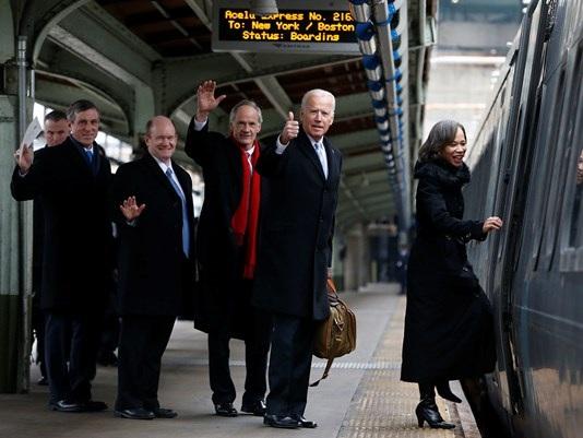 Gia đình cựu Phó Tổng thống Biden lên tàu về quê nhà. (Ảnh: The Hill)