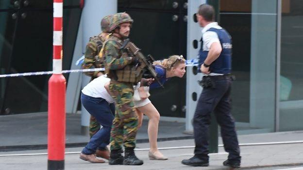 Các cảnh sát và binh sĩ sơ tán du khách ra khỏi hiện trường vụ tấn công ở Brussels tối qua (Ảnh: AFP)