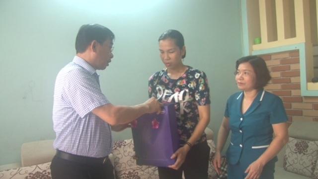 Giám đốc Sở Y tế Nguyễn Khắc Hiền thăm hỏi chị Toan. Ảnh: P.L