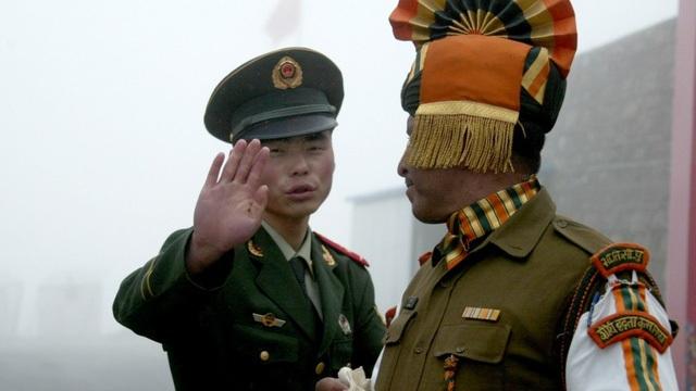 Binh sĩ Trung Quốc (trái) và Ấn Độ ở biên giới giữa 2 nước. (Ảnh: AFP)