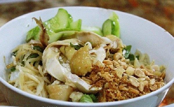 Phở gà trộn có thể dùng cho bữa ăn chính nhưng cũng có thể được coi như món quà chiều ăn cho đỡ đói lòng.