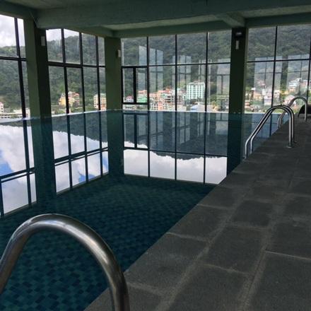 Toà nhà này có cả khu bể bơi khá rộng trên tầng 3