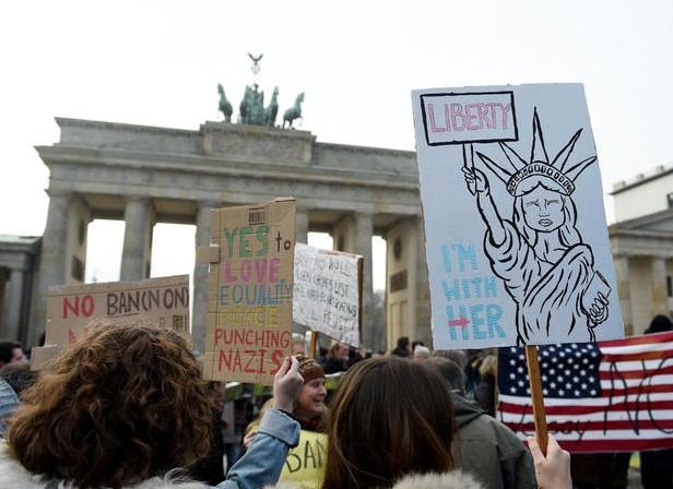 Biểu tình cũng nổ ra ở thủ đô Berlin, Đức để phản đối sắc lệnh của ông Trump nhằm cấm công dân của một số quốc gia Trung Đông. (Ảnh: Reuters)