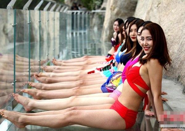 Dàn mỹ nhân mặc bikini tạo dáng trên cầu đáy kính chênh vênh - 7