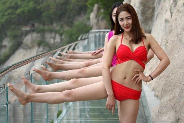 Cầu đáy kính hiện đang trở thành điểm đến hút khách ở Trung Quốc