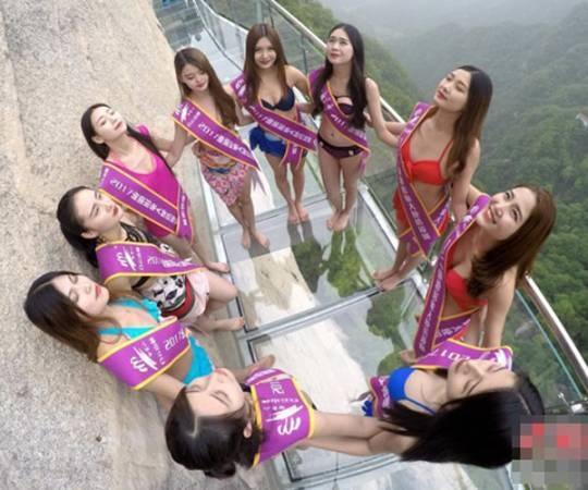 Đi bộ trên cầu đáy kính là một trong những thử thách buộc các người đẹp phải vượt qua