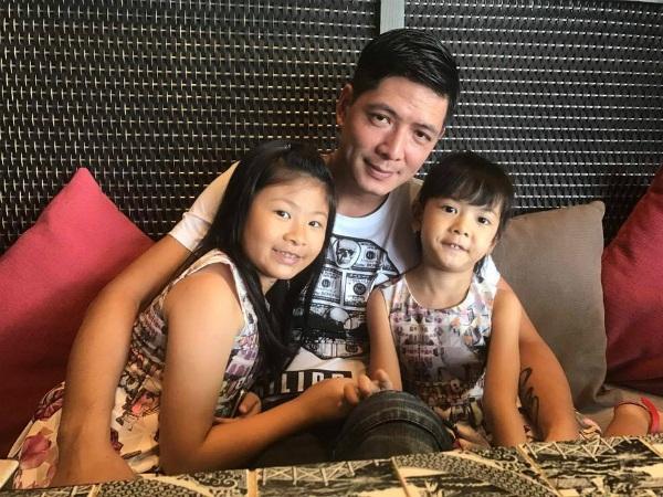 Bình Minh hạnh phúc bên 2 cô con gái khi anh dành thời gian bận rộn của mình để dẫn các con đi chơi.