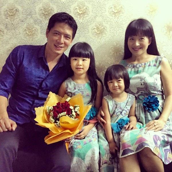 Đến thời điểm hiện tại, Bình Minh vẫn hạnh phúc bên vợ và 2 con gái sau khá nhiều sóng gió trong chuyện tình cảm của anh.