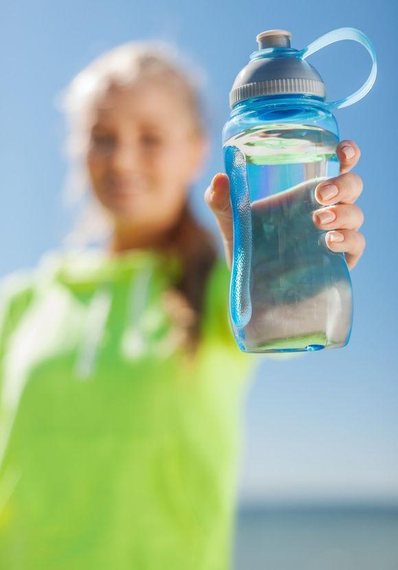 Choáng với lượng vi khuẩn trong bình nước cá nhân - 1