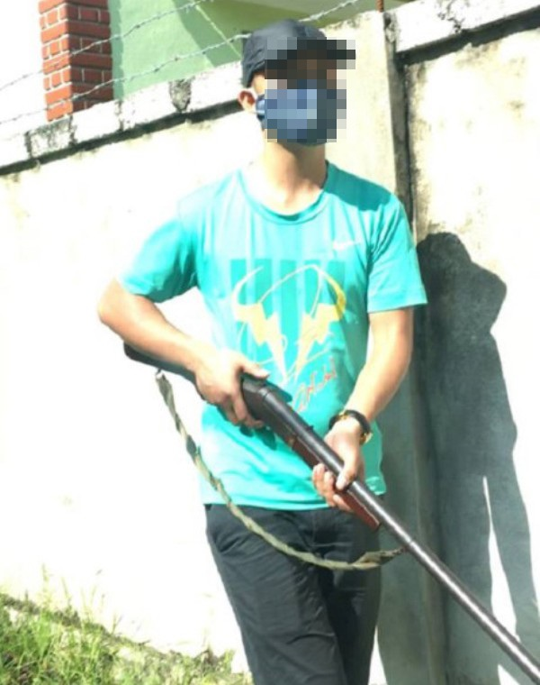 Một đối tượng cầm súng tấn công (ảnh cắt từ clip)