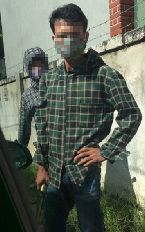Nhóm người bịt mặt tấn công xe taxi chở một nhóm thanh niên khác (ảnh cắt từ clip)