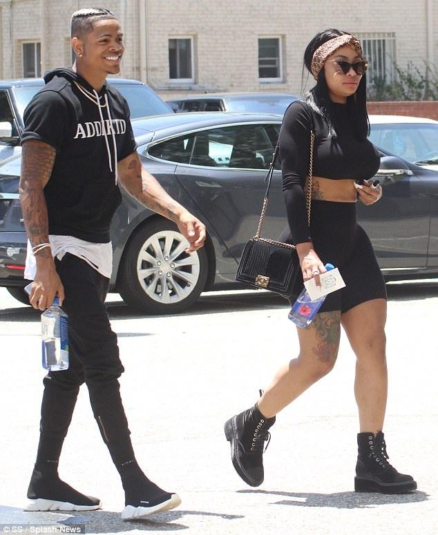 Blac Chyna ra phố cùng bạn trai mới rapper Mechie