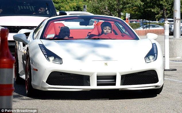 Người đẹp vừa tậu cho mình siêu xe hoành tráng sau khi trả lại bạn trai cũ nhiều quà tặng đắt giá