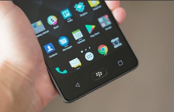 Nút Home vật lý với logo BlackBerry và được tích hợp cảm biến vân tay lên đó