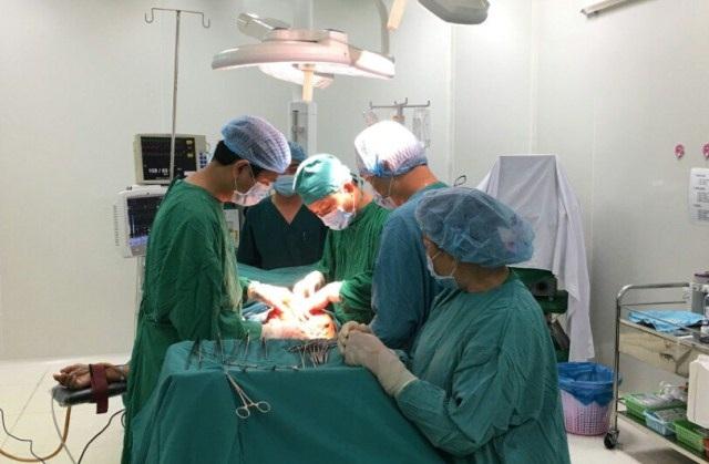 Các bác sĩ phẫu thuật cắt khối u nặng 10kg cho bệnh nhân X.