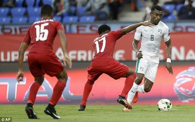 Bờ Biển Ngà (áo trắng) không thể xuyên thủng mành lưới của Togo