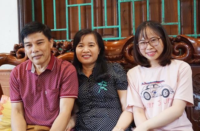 Bố mẹ và chị gái vui mừng trước thành tích xuất sắc mà Nguyễn Cảnh Hoàng giành được tại kỳ thi Olympic Toán Quốc tế.