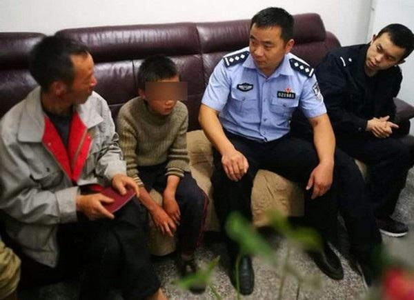 Cậu bé Miao khi được gặp lại cha của mình sau 24 ngày lang thang trên đường