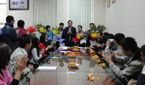 Ông Lương Duy Hanh tặng hoa chúc mừng các cán bộ, trong đó có bà Võ Thịnh Hiền, được bổ nhiệm ngày 13/2/2015 (Ảnh: Bộ TN-MT).