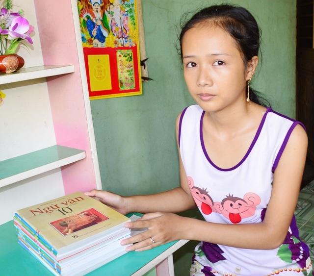 Trang phải bỏ thi tuyển sinh vào lớp 10 để đi làm kiếm tiền nuôi em. Giờ con đường đến trường của cô bé này thật chênh vênh.