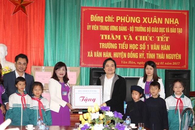Bộ trưởng Phùng Xuân Nhạ thăm và chúc tết thầy trò trường tiểu học Văn Hán 1 - 2