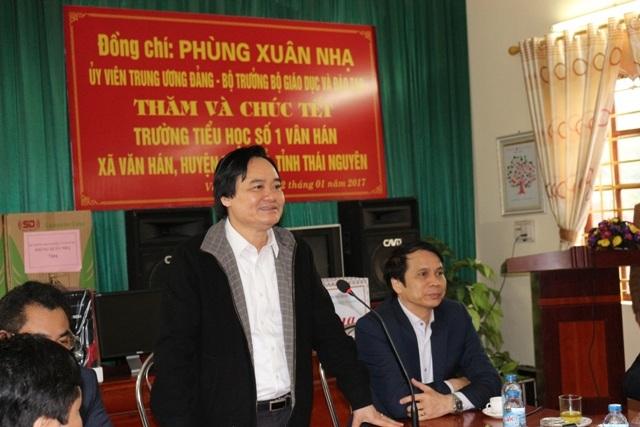 Bộ trưởng Phùng Xuân Nhạ thăm và chúc tết thầy trò trường tiểu học Văn Hán 1