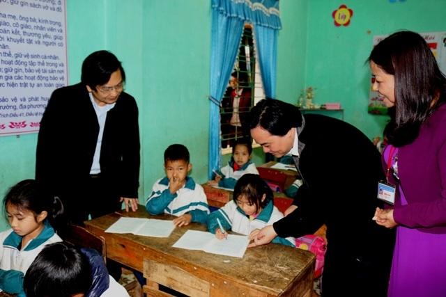 Bộ trưởng xem cách viết của học sinh