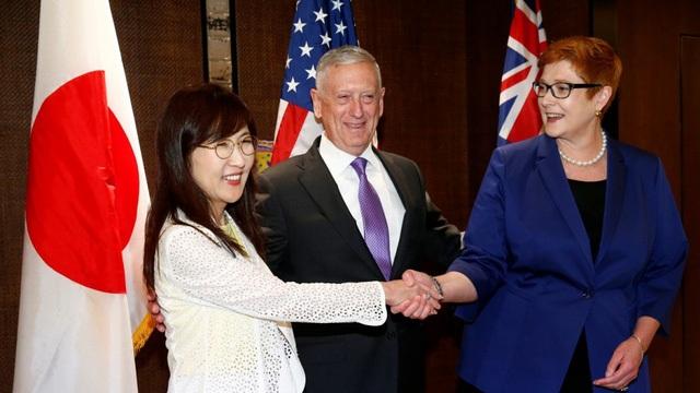 (Từ trái sang phải) Bộ trưởng Quốc phòng Nhật Bản Tomomi Inada, Bộ trưởng Quốc phòng Mỹ James Mattis và người đồng cấp Australia Marise Payne bắt tay bên lề Đối thoại Shangri-La tại Singapore ngày 2/6 (Ảnh: Reuters)