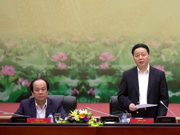 Bộ trưởng Bộ Tài nguyên và Môi trường Trần Hồng Hà (đứng) trong buổi làm việc với Tổ công tác của Thủ tướng Chính phủ (Ảnh: V.H)