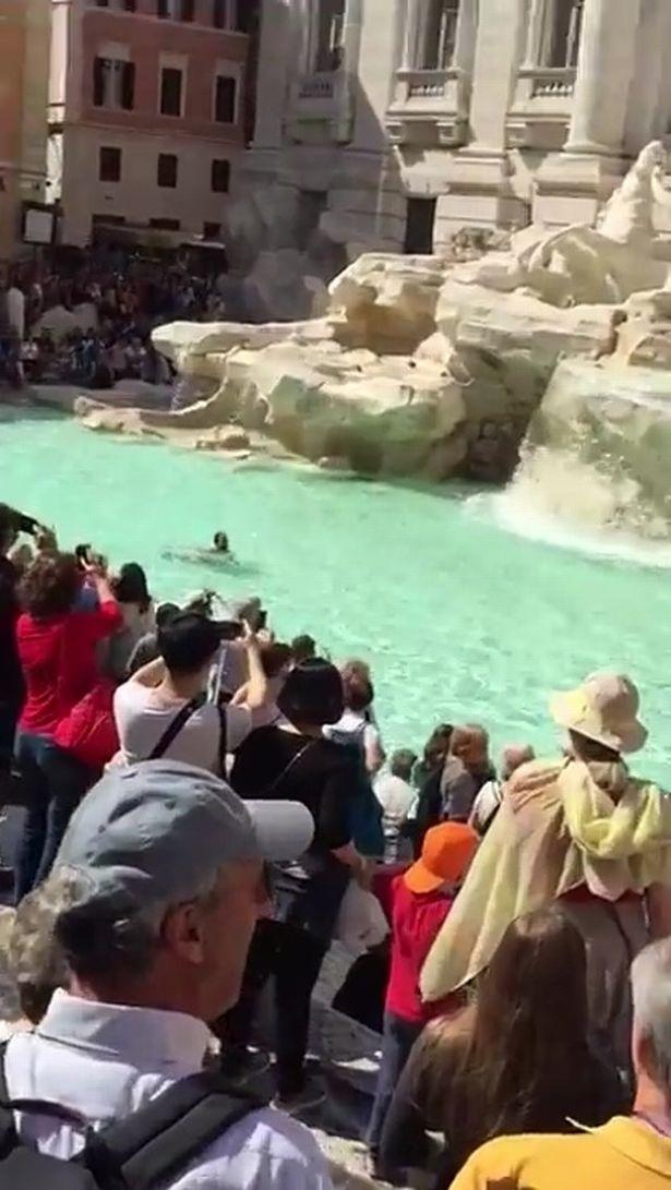 Du khách nam thản nhiên bơi khỏa thân trong đài phun nước nổi tiếng trước sự chứng kiến hàng trăm người xung quanh