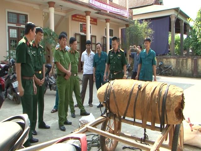 Ngày 1/5, Công an Thị trấn Bến Quang (Vĩnh Linh, Quảng Trị), phát hiện và bắt giữ người dân chở quả bom nặng 300 kg (trong đó có 185 kg thuốc nổ) còn nguyên kíp nổ đi bán. (Ảnh: Đ. Đức)