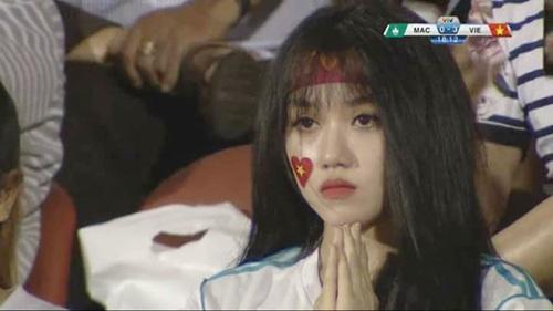 Cô nàng theo dõi trận đấu với sự tập trung cao độ