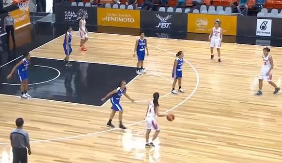 Tuyển nữ bóng rổ Việt Nam (áo xanh) thi đấu với Philippines (áo trắng)