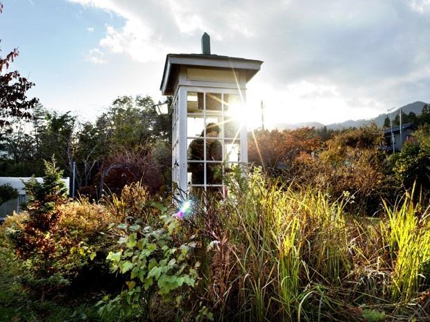 Bốt điện thoại của gió là nơi người sống tìm đến, quay số người thân đã khuất và trò chuyện với họ