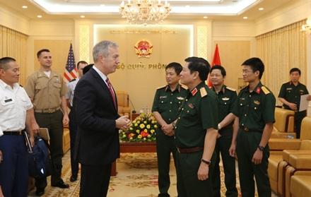 Đại tướng, Bộ trưởng Ngô Xuân Lịch tiếp Đại sứ Mỹ tại Việt Nam Ted Osius. (Ảnh: dangcongsan.vn)