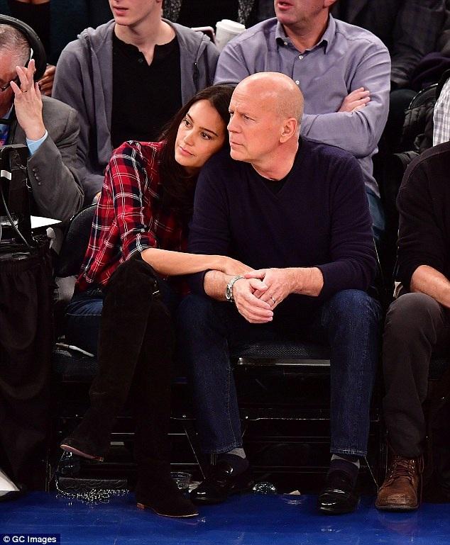 Bruce Willis, 61 tuổi và vợ - Emma Heming, 38 tuổi hạnh phúc đi xem 1 trận bóng rổ ở New York ngày 4/2 vừa qua